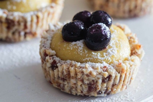 Raw-lemon-blueberry-tartlets_bamik-hambaz